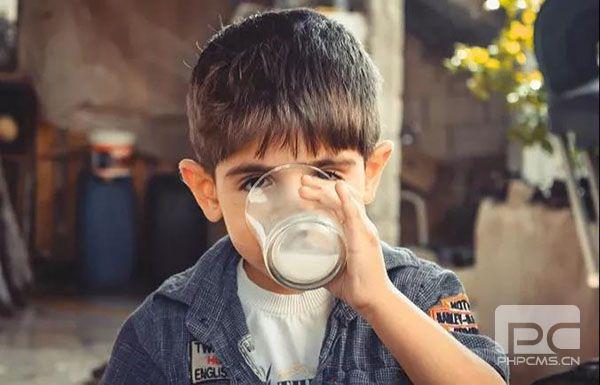 小朋友喝水